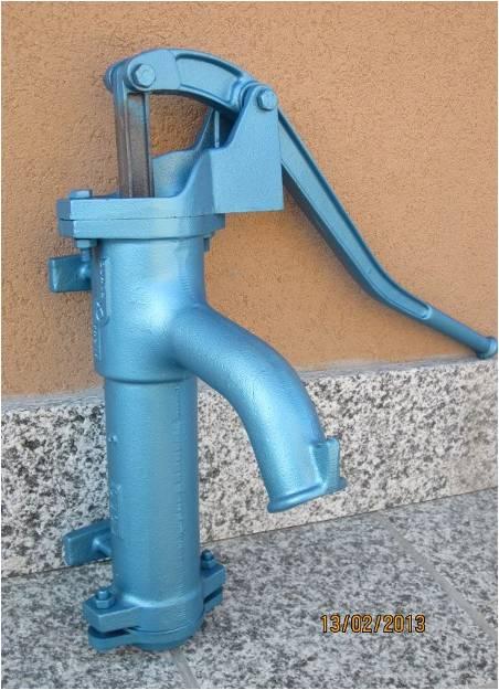 pompa manuale per pozzo con attacchi a muro modello grande